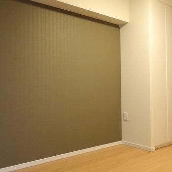 優しいブラウンのアクセントクロスで家具も合わせやすいですね。