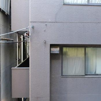 道路を挟んで向かいもマンション。