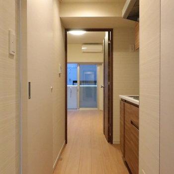 玄関側から居室まではこのような感じです。