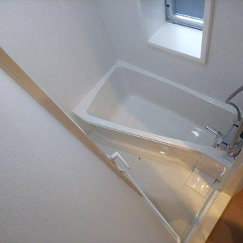スリムな形のお風呂、真っ白な内装がキレイです◎