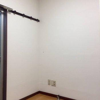 1階窓横にはフックが付いています。