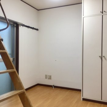 居室。こちらにも窓があり…