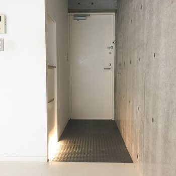 玄関は鉄板にこだわりを感じる。※写真はクリーニング前のものです