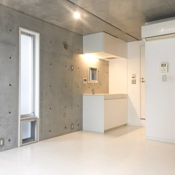 床やキッチンは気持ちいいくらいの白です。※写真はクリーニング前のものです