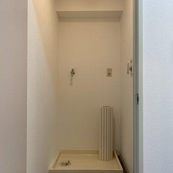 お風呂場の入り口の前には洗濯機置き場(※写真は4階の同間取り別部屋のものです)