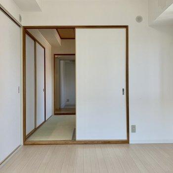 お部屋の区切りが襖だから、お客さんが来た時は襖を取るとスペースを広く取れます♪(※写真は4階の同間取り別部屋のものです)