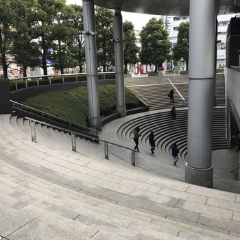 これが駅入口の階段です。アテネの闘技場っぽいです