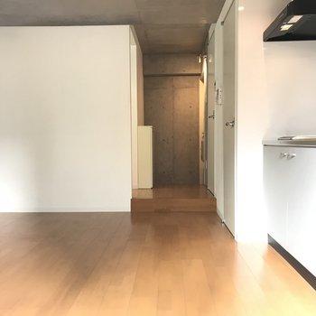 ベランダ側からお部屋を見ても、うん。いい雰囲気です※写真は2階の反転間取り別部屋のものです。
