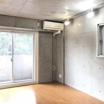 打ちっぱなしのコンクリと窓の感じがカッコイイ雰囲気です※写真は2階の反転間取り別部屋のものです。