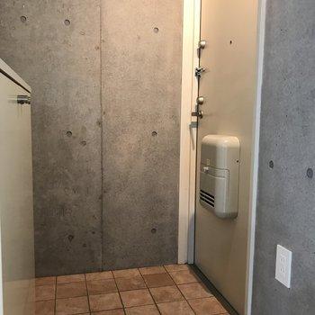 玄関もシンプルお洒落※写真は2階の反転間取り別部屋のものです。