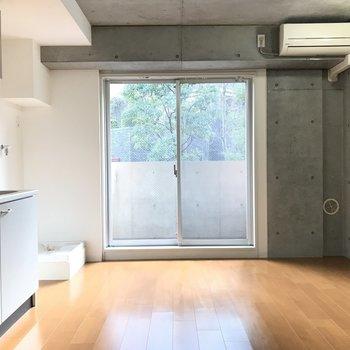 フローリングの木が優しいのでちょうどいい塩梅の攻め感です※写真は2階の反転間取り別部屋のものです。