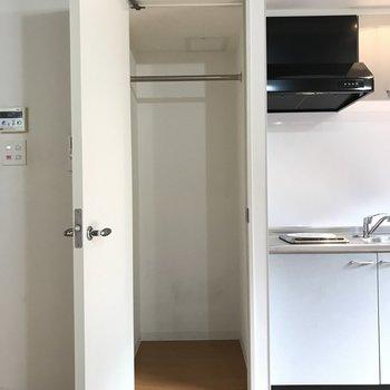 キッチン横にクローゼットです。扉がドアノブでガチャっと開くタイプ※写真は2階の反転間取り別部屋のものです。