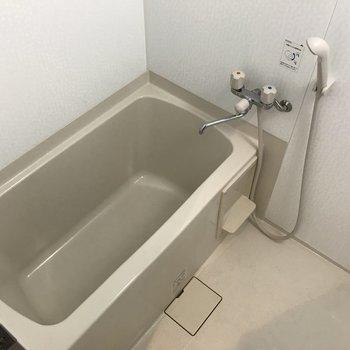 お風呂は結構ゆったりサイズです※写真は2階の反転間取り別部屋のものです。