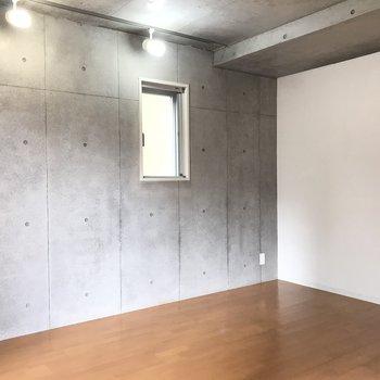 ライトがコンクリをいい感じに照らします。白い壁側にベッドを置くと良さそう※写真は2階の反転間取り別部屋のものです。
