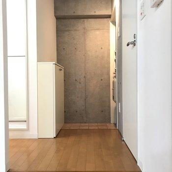 一段上がったところに水回り※写真は2階の反転間取り別部屋のものです。