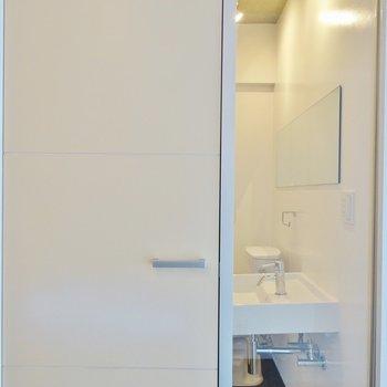 シースルータイプの洗面所。覗かないでよ。※写真は203号室のもの