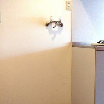 すぐ隣に洗濯機を置くスペースがあります※写真はクリーニング前のものです