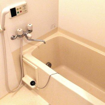 お風呂場は定番の造りです※写真はクリーニング前のものです