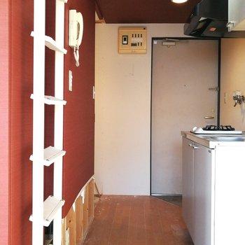 玄関にシューズボックスはなく、居室に直結です※写真はクリーニング前のものです