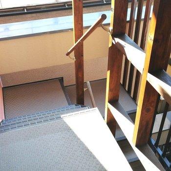 ここまでは階段で、綺麗な光の中を進みます