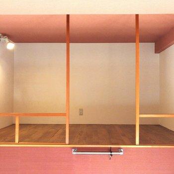 ロフトは4.5帖。ちょっとした収納棚をおけるいい高さです※写真はクリーニング前のものです