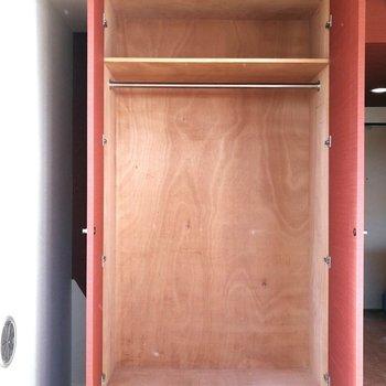 クローゼットは可動式。脇のスペースには簡単な掃除用具などが◎※写真はクリーニング前のものです