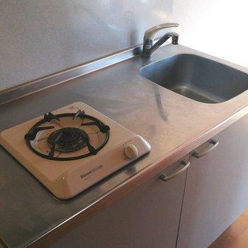 キッチンはコンパクトですが調理はできそうです※写真はクリーニング前のものです