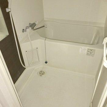 バスルームもシンプルですが鏡が付いていて嬉しいね!(※写真はフラッシュ撮影しています】