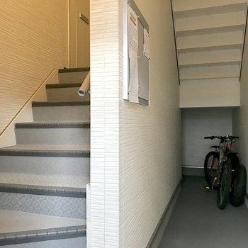 1階のお部屋の玄関も階段を登った先にあります。