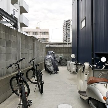 駐輪スペースは建物横のスペース。