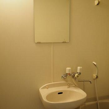 鏡も付いてます◯(※写真は7階の同間取り別部屋のものです)