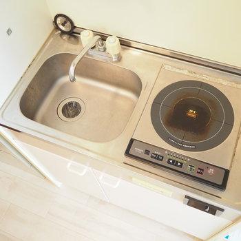 キッチンはコンパクト。電気コンロです。(※写真は7階の同間取り別部屋のものです)