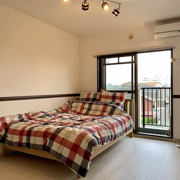 【洋室】二人の寝室部屋としてもいいですね。※家具はサンプルになります