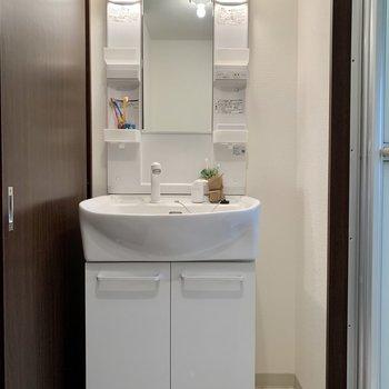 洗面台も大きくて便利。※家具はサンプルになります