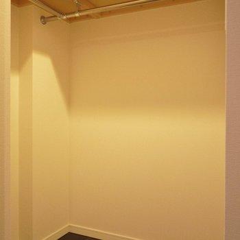 ウォークインクローゼット。服が多くても安心※写真は同間取り別部屋のものです。