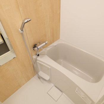 お風呂も木製シートでナチュラルな空間に。※前回募集時の写真です