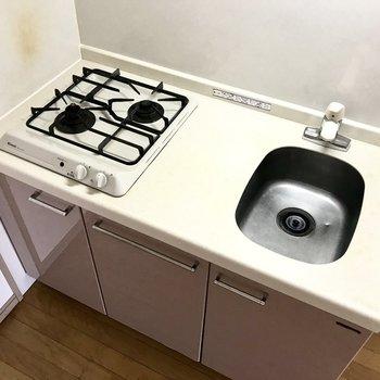 さりげないピンクのキッチン。コンパクトですがガス2口!(※写真は前回募集時のものです)