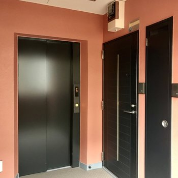 オレンジの共用部!エレベーター横のお部屋です。