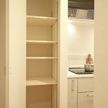 お隣には収納棚、パントリーとしても使えそうです。※写真はサンプルです