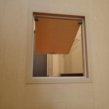 開き扉にはペットのためのドアがついています。
