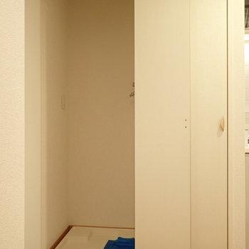洗濯機置場は収納の隣にあります。