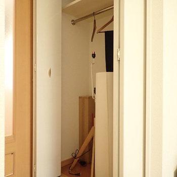 収納はハンガーラックと上部に棚があります。※写真はサンプルです
