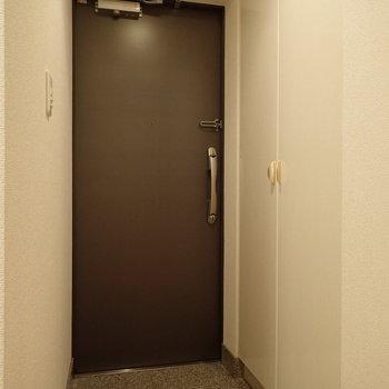 玄関の照明はセンサー機能付きです。