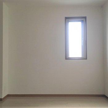 小さな窓から明かりが差し込んできます
