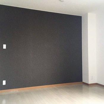 一面茶色の壁が落ち着いた雰囲気でいいですね
