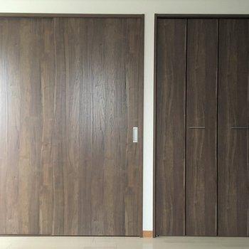 左の扉はキッチン、右の扉はウオークインクローゼットです