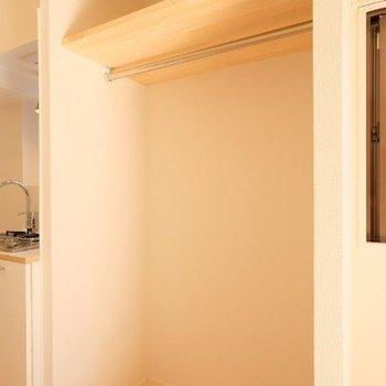 収納はオープンクローゼットで!カーテンで目隠し※写真は同間取り反転タイプの1階のお部屋です