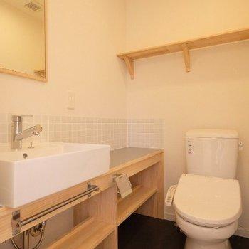 ウォシュレット付きのトイレ!※写真は同間取り反転タイプの1階のお部屋です