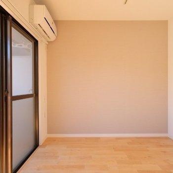 アクセントクロスは優しい色※写真は同間取り反転タイプの1階のお部屋です