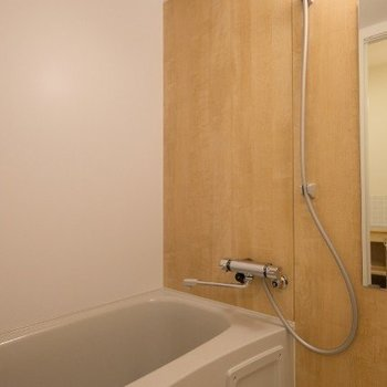 お風呂も新品ですよ◎※写真は同間取り反転タイプの1階のお部屋です
